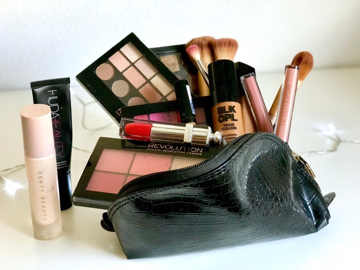LES INDISPENSABLES DE LA TROUSSE A MAQUILLAGE.